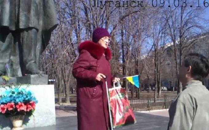 В оккупированном Луганске одинокая старушка пришла почтить Шевченко: опубликовано видео
