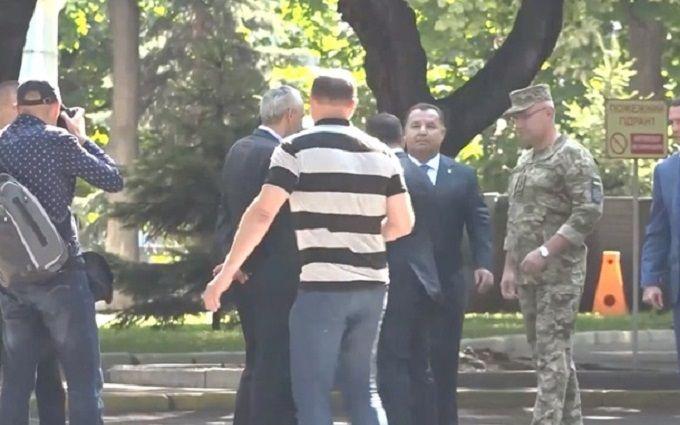 Зеленський різко відштовхнув главу Міноборони України - опубліковано відео