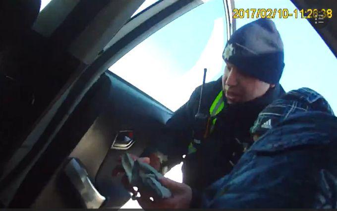 Копы, спасающие пострадавшего в аварии, впечатлили сеть: появилось видео