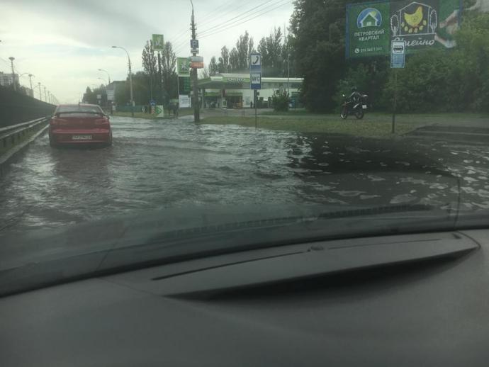 Після зливи в Києві Лівобережна стала Венецією: опубліковані фото і відео (3)