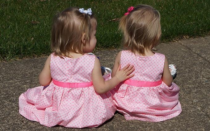 Близнецы, которые родились, держась за руки, отпраздновали двухлетие: опубликованы фото