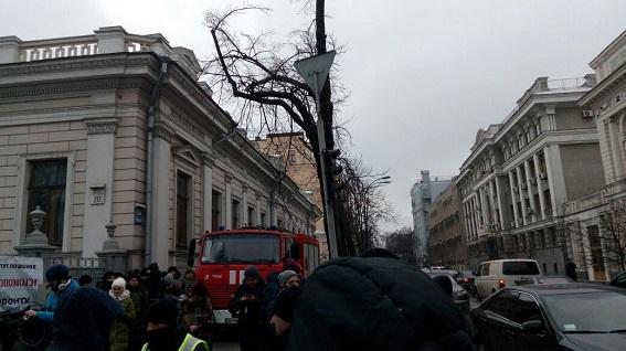 Возле Верховной Рады начались протесты: дежурят почти 4 тысячи правоохранителей (1)
