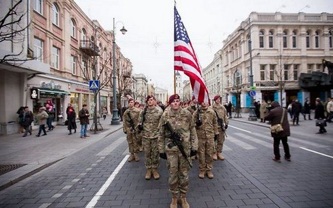 ВДень независимости Эстонии поцентру Таллина проехали танки НАТО