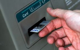 Поліція показала фото та відео затримання злочинців, які обкрадали банкомати за допомогою вірусу