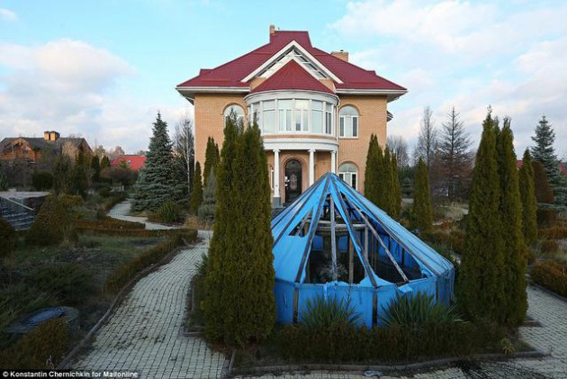 На Западе появились впечатляющие фото разграбленного дворца Пшонки (22)