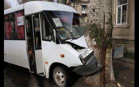 На Донбассе произошло масштабное ДТП с маршруткой: опубликованы фото