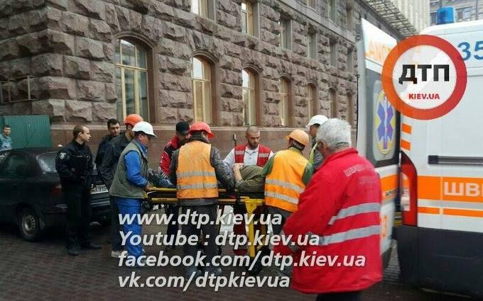 У самому центрі Києва сталася страшна НС з робочим: опубліковані фото і відео
