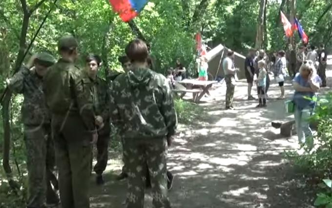 """Фанати """"Новоросії"""" показали, як вчать дітей воювати: опубліковано відео"""