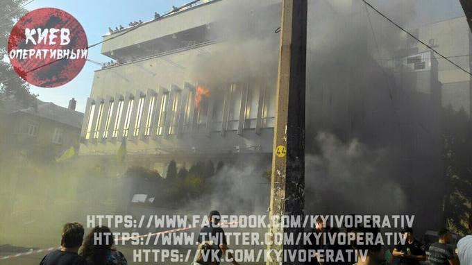 """У Києві загорілася будівля """"Інтера"""": з'явилися фото і відео (1)"""