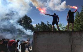 Націоналісти пікетують будинок нардепа Льовочкіна, відбуваються сутички: опубліковані фото