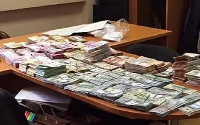 Гори грошей: в Києві зловили податківців-хабарників, опубліковані фото