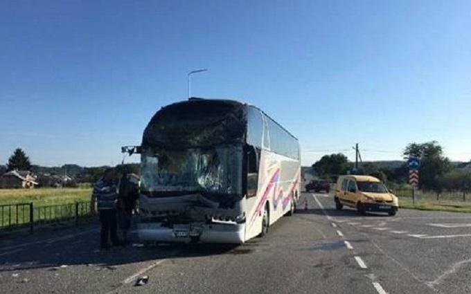 Автобус з дітьми потрапив у ДТП під Львовом: опубліковані фото