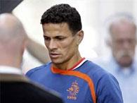 Потерявший дочь футболист сборной Голландии продолжит играть на Евро-2008