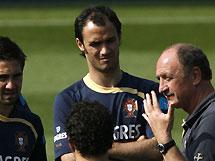 Тренер португальцев взял на себя вину за поражение на Евро-2008