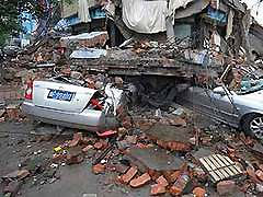 В Китае под завалами остаются 94 тысячи человек
