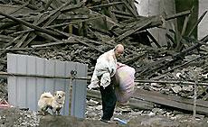 Сигареты и бумажные салфетки спасают оказавшихся под руинами в Китае