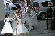 Полсотни невест прошли маршем по Киеву