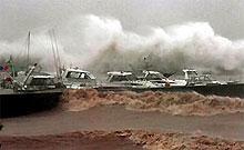 Три человека погибли, 40 пропали без вести из-за тайфуна в Китае