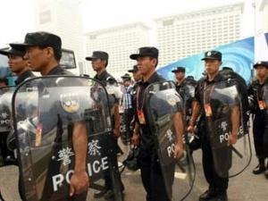 Китайские демонстранты забросали полицейских камнями