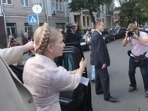 Митингующие под Украинским домом заблокировали выезд автомобилей правительства