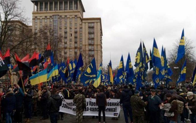 Украинские националисты передали Порошенко билет в РФ