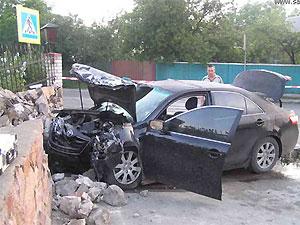 Под Киевом автомобиль въехал в ограду церкви: три человека погибли