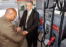 В США автомобилисты начали молиться за понижение цен на бензин