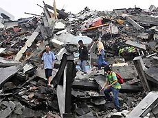 Из-под руин здания в провинции Сычуань извлечен выживший немецкий турист