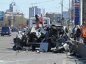 В Киеве джип врезался в фуру и разбился вдребезги