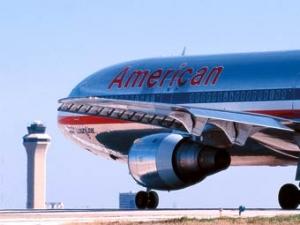Американский пассажир выпрыгнул на летное поле до остановки самолета