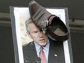 Канадские пацифисты забросали портрет Буша ботинками