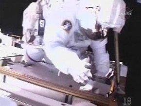 Американские астронавты начали выход в открытый космос