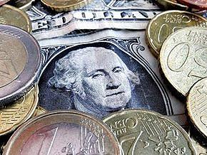 Курс доллара на межбанке почти не изменился, евро растет