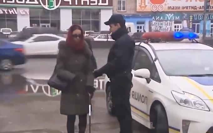 Полицейский обхитрил слепую и порадовал Авакова: опубликовано видео