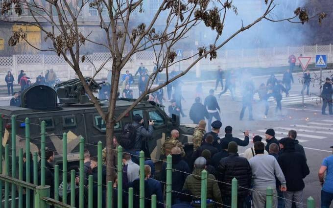 На матчі Маріуполь-Динамо фанати влаштували бійку з поліцейськими: з'явилося відео