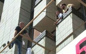 У центрі Києва росіянин погрожує вистрибнути з вікна готелю: з'явилися фото і відео