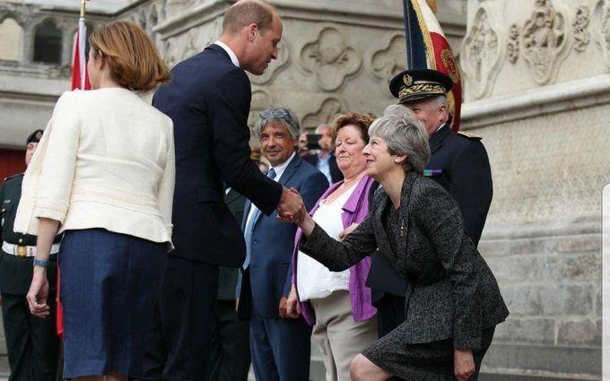Тереза Мей насмішила дивним реверансом на зустрічі з принцом Вільямом: опубліковано відео