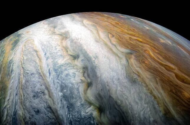 Гобелен ярких облаков и штормов: NASA показало впечатляющее фото Юпитера (1)