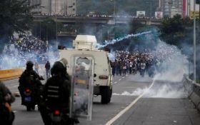 Ситуация в Венесуэле обостряется: силовики Мадуро открыли огонь по протестующим, есть погибшие