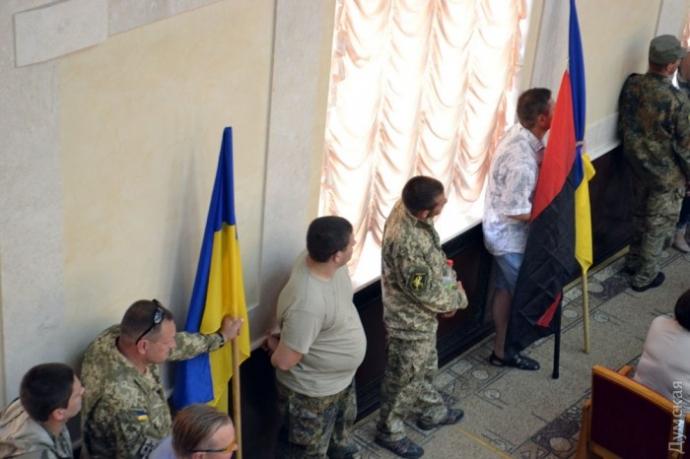 Люди в камуфляжі зірвали сесію облради в Одесі: з'явилися фото (1)
