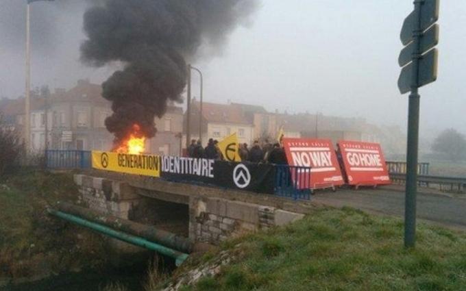 Французские националисты на митинге против мигрантов палят шины: появились видео и фото