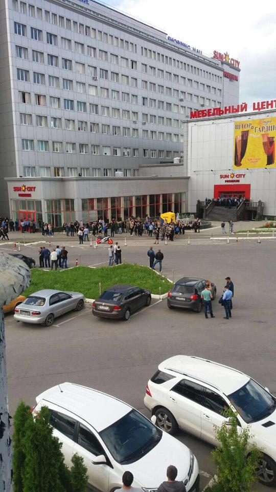 У Харкові пікетують з'їзд партії соратника Януковича: з'явилися фото і відео (1)