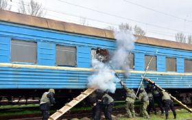 """У Маріуполі спецназ """"звільнив заручників"""" у поїзді: опубліковані фото і відео"""