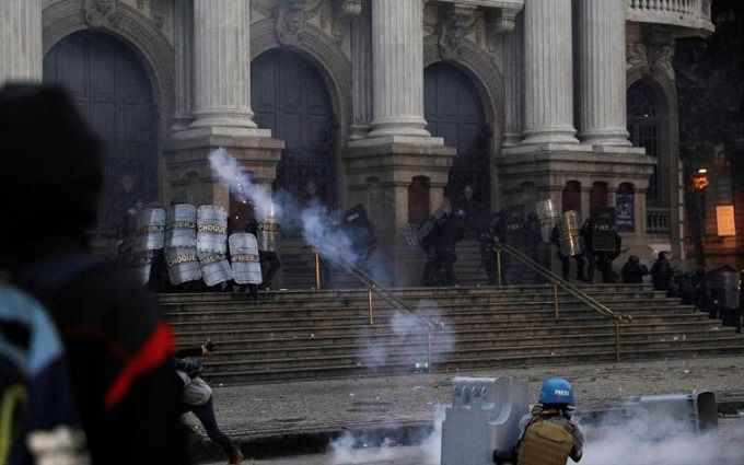 Протестующие против перемен забросали дом президента Бразилии камнями
