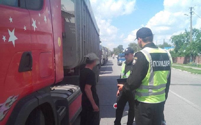 НаЧернігівщині затримали п'ять вантажівок зі 100 тоннами львівського сміття