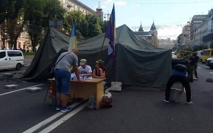 Поліція зайнялася наметом, що перекрив рух на Хрещатику: з'явилися нові фото