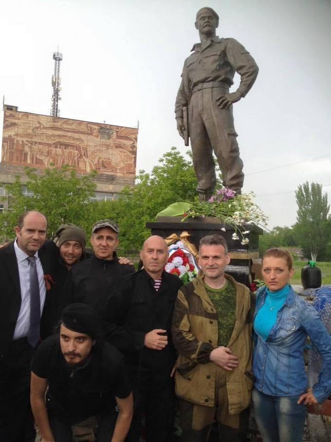 На Донбасі поставили пам'ятник убитому бойовику: опубліковані фото (2)
