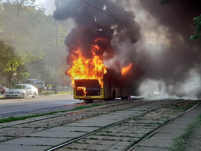 В Киеве вспыхнул автобус: опубликованы шокирующие фото и видео (3)