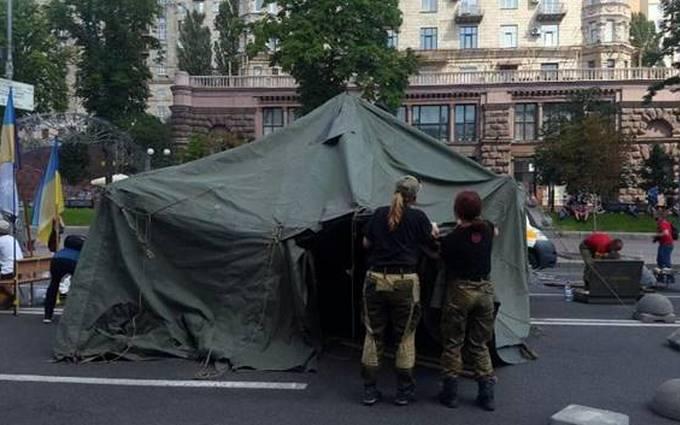 Поліція зайнялася наметом, що перекрив рух на Хрещатику: з'явилися нові фото (1)