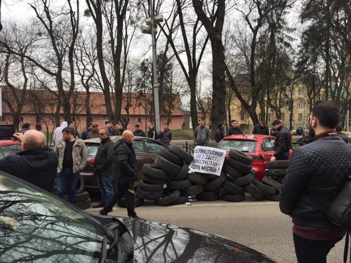 Во Львове ополчились на российские сервисы такси: появились фото и видео (3)
